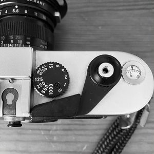 the shutter speed dial of a Leica M6